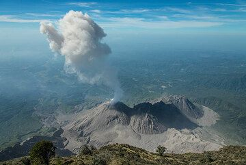 A third eruption within one hour, but with less energy. (Photo: Tom Pfeiffer)