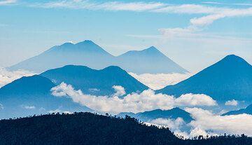 Siluetas de Agua, Acatenango, Fuego (Fondo fila l a r), San Pedro, Tolimán y Atitlán volcanes (fila media) vistos de Santa María en la mañana. (Photo: Tom Pfeiffer)