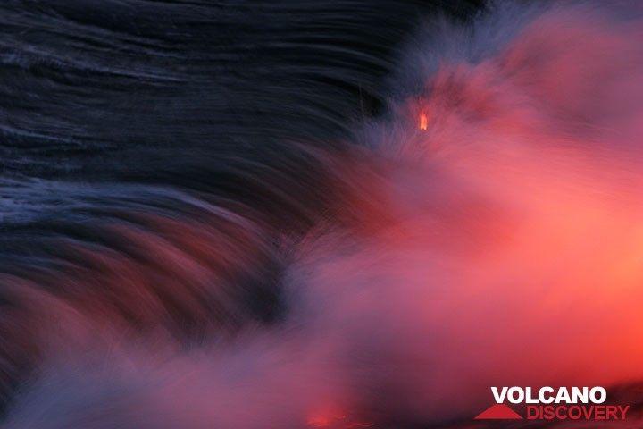 Brechende Welle über gühender Lava. Kilauea Vulkan, Big Island, Hawaii. (Photo: Tom Pfeiffer)