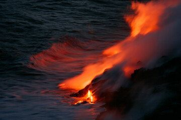 Lava flowing into the sea at Kilauea volcano (April 2007) (Photo: Tom Pfeiffer)