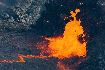 At times, blobs of liquid lava almost two meters in diameter are thrown up from the vent. (Photo: Tom Pfeiffer)