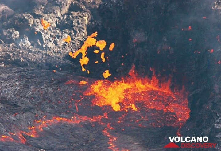 2 m high spattering of lava at the vent. (Photo: Tom Pfeiffer)