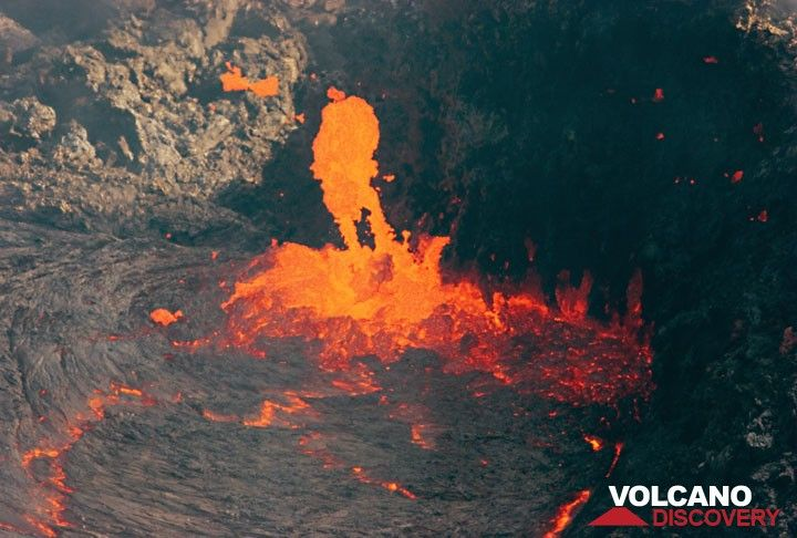 The escaping gas throws out pieces of fluid lava from the vent. (Photo: Tom Pfeiffer)