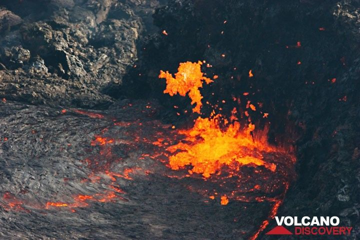Lava fountain and spattering at the vent of the lava lake. hawaii_d21219.jpg (Photo: Tom Pfeiffer)