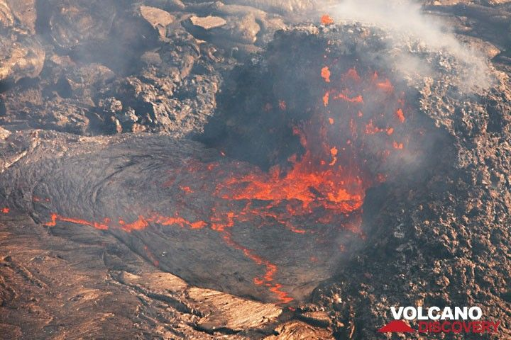 The hornito is cut in half, and lava bubbles rise to the surface freely at the vent. (Photo: Tom Pfeiffer)