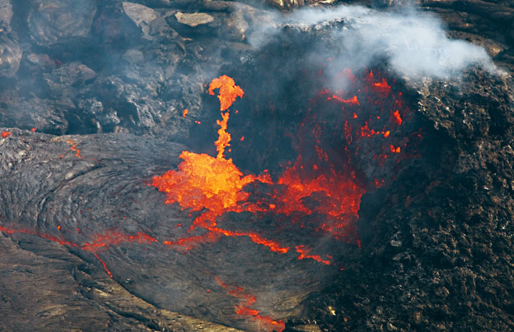 The half-collapsed hornito and lava spattering from the vent feeding the lava lake. hawaii_e6889.jpg (Photo: Tom Pfeiffer)