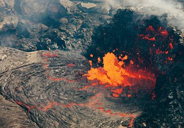 The active lava vent and the remaining half of the hornito that once covered the vent on the lava lake. hawaii_e6897.jpg (Photo: Tom Pfeiffer)