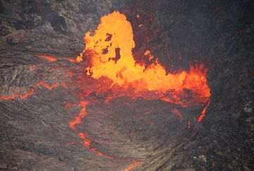 Close-up of the lava fountain above the vent of the lava lake. (Photo: Tom Pfeiffer)