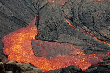 Fresh lava from the interior of the lake replaces older crust sinking back into the lake. hawaii_e7039.jpg (Photo: Tom Pfeiffer)