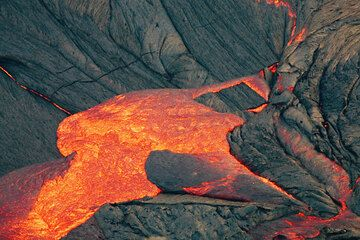 Fresh lava from the interior of the lake flooding over older crust on the lake. hawaii_e7042.jpg (Photo: Tom Pfeiffer)