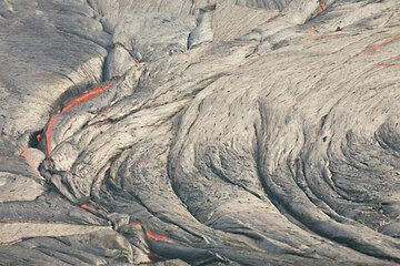 Folds and rope-like textures in the surface of the lava lake, caused by pushing of the plastic crust against a more rigid piece of crust to the left. (Photo: Tom Pfeiffer)