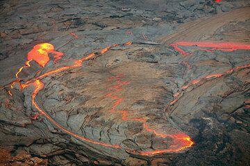 In der folgenden Bilderserie zeigen wir Ihnen einige Fotos vom Lavasee, der bis zum 20. Juli im östlichen Teil des Pu'u 'O'o Kraters existierte.  (Photo: Tom Pfeiffer)
