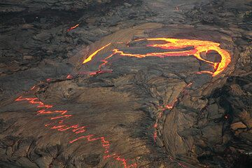 Concentric fractures in the lava lake crust causing a larger overturn of several segments on the lava lake surface. (Photo: Tom Pfeiffer)