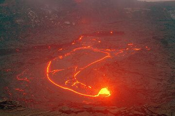 The lava lake and the spattering vent at night. (Photo: Tom Pfeiffer)