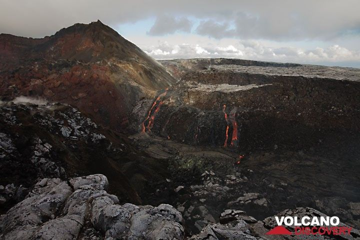 Several effusive vents are aligned above an intrusion of fresh magma, creating spectacular flows filling the Puka Nui pit crater. (Photo: Tom Pfeiffer)