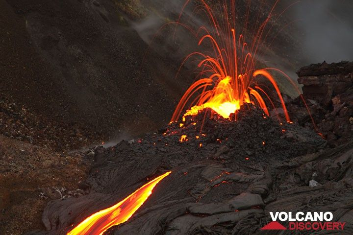 Exploding gas bubbles at the vent produce a firework of spectacular spattering 10-20 m high. hawaii_e7554.jpg (Photo: Tom Pfeiffer)