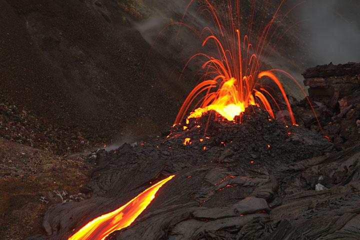 Explodierende Lavablasen an der Bocca lassen ein Feuerwerk aus glühender Lava 10 bis 20 m in die Höhe schießen. hawaii_e7554.jpg (Photo: Tom Pfeiffer)