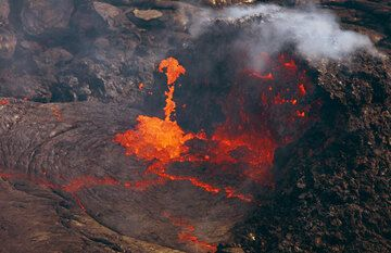 Boiling lava at the vent. Escaping gas ejects large lumbs of lava into the air.  (Photo: Tom Pfeiffer)
