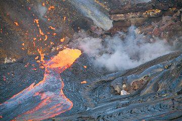 Spattering from a vent feeding a rapid flow of lava; Kilauea volcano, Hawaii. hawaii_e7328 (Photo: Tom Pfeiffer)