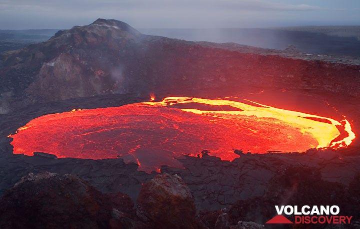 Der Lavasee im West Gap Krater des Kilauea Vulkans, Hawaii. Die komplette erstarrte Kruste ist soeben domino-arrtig segmentweise umgekippt und lässt für eine kurze Weile das glutflüssige Innere des Lavasees erscheinen.  (Photo: Tom Pfeiffer)