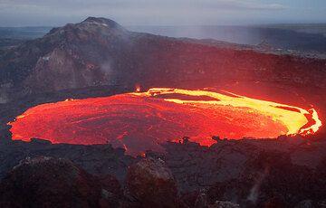 Die folgenden Fotos zeigen die welchselnde Aktivität von Schlackenwurf, Lavaströmen und der Bildung kleiner Lavaseeen aus verschiedenen Vents im Krater des Pu'u 'O'o auf der östlichen Riftzone des Kilauea Vulkans. Die Fotos entstanden zwischen dem 14. und 15. Juli 2007. (Photo: Tom Pfeiffer)