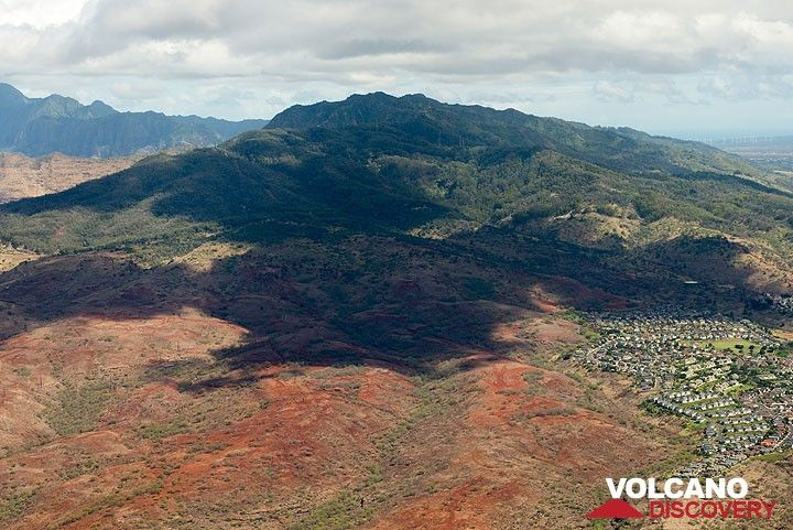 While approaching Honolulu airport, a view from above Makakilo towards the eroded shield volcano of western Oahu. (Photo: Tom Pfeiffer)
