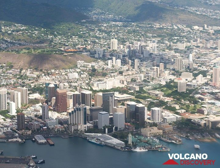 Downtown Honolulu and its harbour district seen from the airplane (Photo: Tom Pfeiffer)