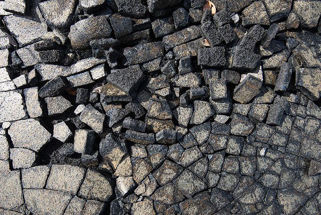 Broken pahoehoe lava surface (Photo: Tom Pfeiffer)