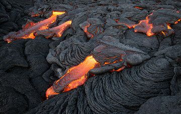 Active pahoehoe flow margin with lava toes enlarging it at various locations. (Photo: Tom Pfeiffer)