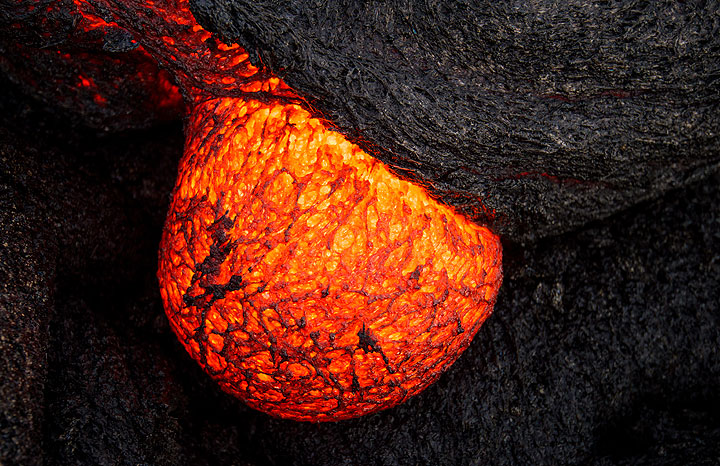 Near-spherical lava toe developing at an active pahoehoe lava breakout. (Photo: Tom Pfeiffer)