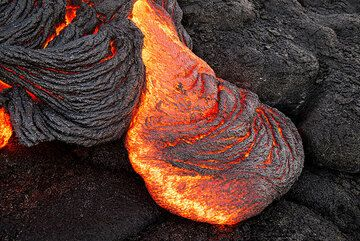Typical ropy pahoehoe flow tongue, approx. 1 meter long. (Photo: Tom Pfeiffer)
