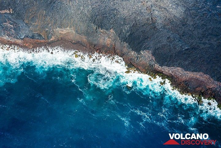 New coastline with an older cliff covered by the youngest ocean entries in the Kalapana area (2012-13) (Photo: Tom Pfeiffer)