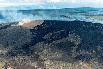 View towards Pu'u 'O'o from the east and the black lavas from the recent Kahauale'a flows to the right. (Photo: Tom Pfeiffer)