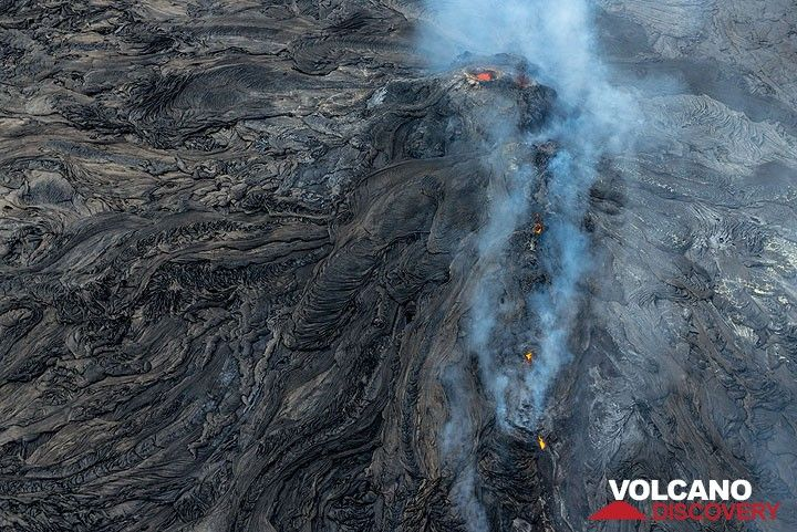 The vent of the lava flow with the hornito above it. (Photo: Tom Pfeiffer)