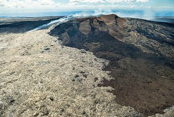 Apart from the first few, the following pictures were taken on a commercial helicopter sightseeing flight from Hilo - relatively inexpensive, they offer a great option to see the volcano and parts of Hawai'i island from a unique perspective completely different from the one from ground. (Photo: Tom Pfeiffer)