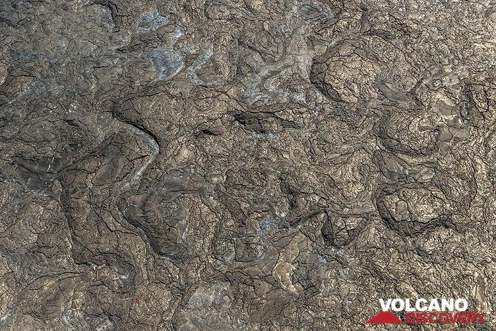 Silvery smooth pahoehoe lava surface seen from the helicopter. (Photo: Tom Pfeiffer)