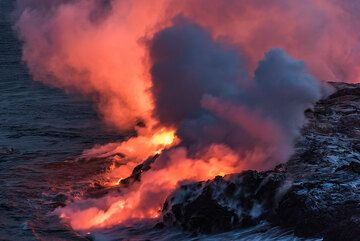 As it is almost night, the lava glow takes over almost all light. (Photo: Tom Pfeiffer)