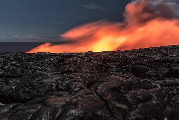 View of the Kamokuna sea entry from inland. All the pahoehoe surface in front has formed during the past two months only. (Photo: Tom Pfeiffer)