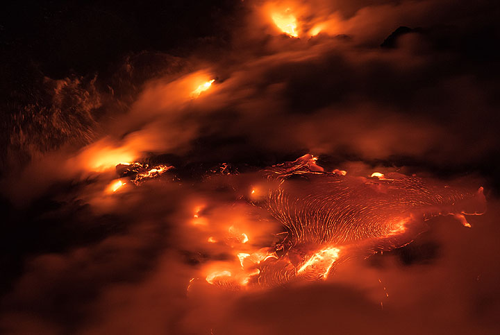 A ropy lava flow creeps towards the new shoreline on the western bench. (Photo: Tom Pfeiffer)