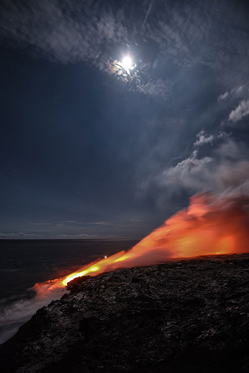 Moon over the eastern lava sea entry. (Photo: Tom Pfeiffer)