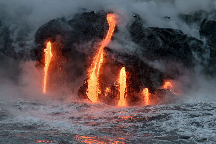 The lava constantly tries to push a tongue of new land ahead. (Photo: Tom Pfeiffer)