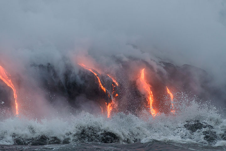 Small wave crushing in front of the lava delta. (Photo: Tom Pfeiffer)