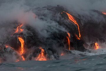A complex cluster of small lava flows has formed in a location of the eastern entry. (Photo: Tom Pfeiffer)