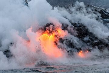 The largest lava flow continues with little changes. The water here is almost too hot to touch and its surface is steaming. (Photo: Tom Pfeiffer)