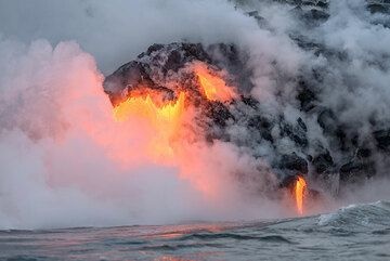 A relatively large, about 1 m wide lava flow enters the ocean. (Photo: Tom Pfeiffer)
