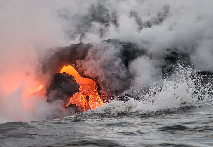 Another lava flow has emerged to the side of the one from the picture before- the scene changes constantly. (Photo: Tom Pfeiffer)