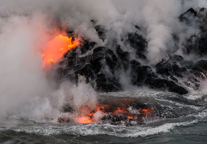 For seconds, lava continues to glow even under water. (Photo: Tom Pfeiffer)