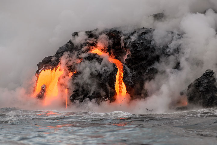 Side view of an advancing finger of the bench where lava flows are currently active. (Photo: Tom Pfeiffer)