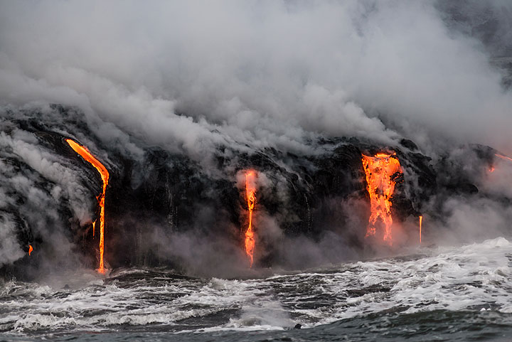 The longer the pause between larger waves, the more lava streams form. (Photo: Tom Pfeiffer)