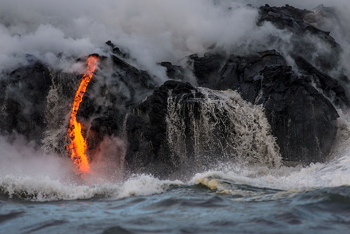 Ocean water runs back from the cooled rock face next to an active flow. (Photo: Tom Pfeiffer)